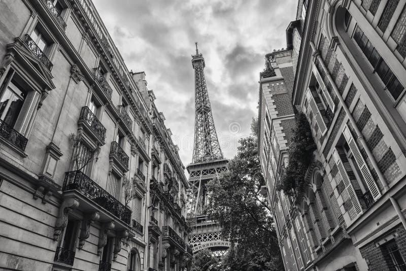 Vista della torre Eiffel a colore in bianco e nero di Parigi, Francia immagini stock