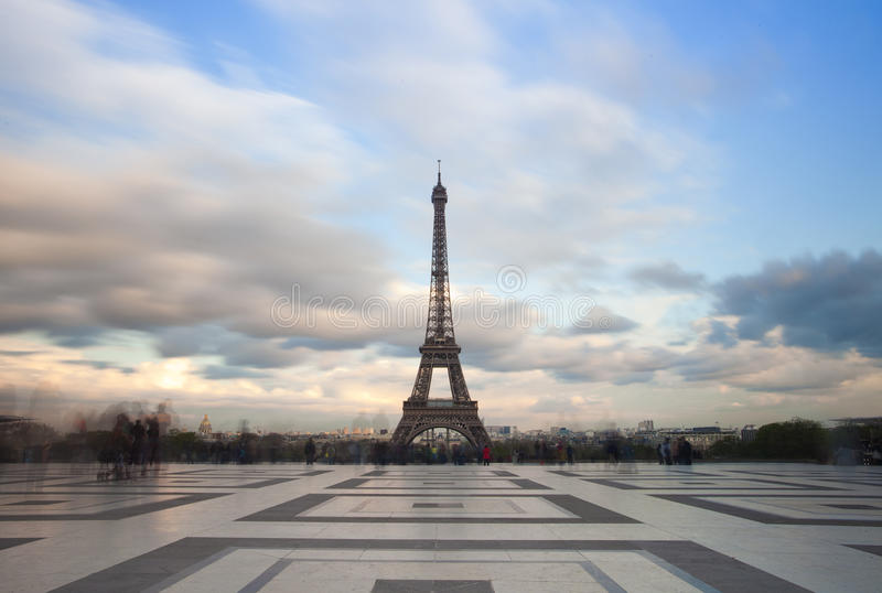 Vista della torre Eiffel con il cielo drammatico da Trocadero a Parigi immagini stock libere da diritti