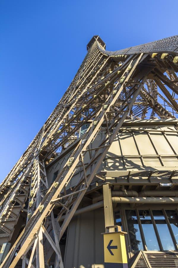 Vista della torre Eiffel da sotto immagine stock libera da diritti