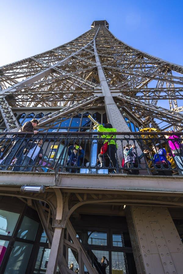 Vista della torre Eiffel da sotto fotografia stock libera da diritti