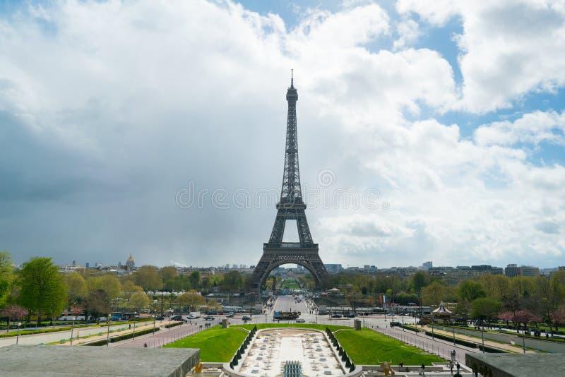 Vista della torre Eiffel da Trocadero contro un cielo nuvoloso fotografia stock libera da diritti