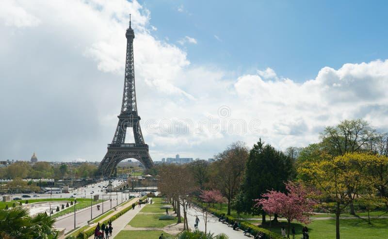 Vista della torre Eiffel da Trocadero contro un cielo nuvoloso immagini stock