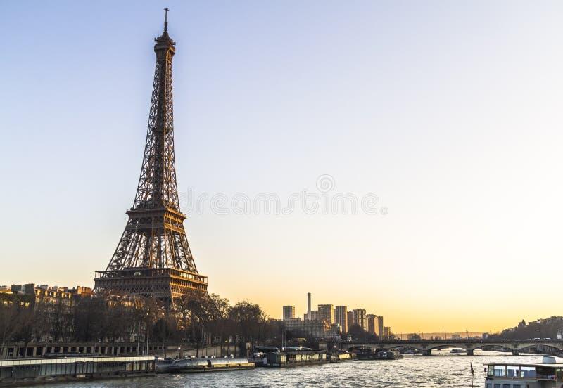 Vista della torre Eiffel dal fiume al tramonto immagini stock libere da diritti