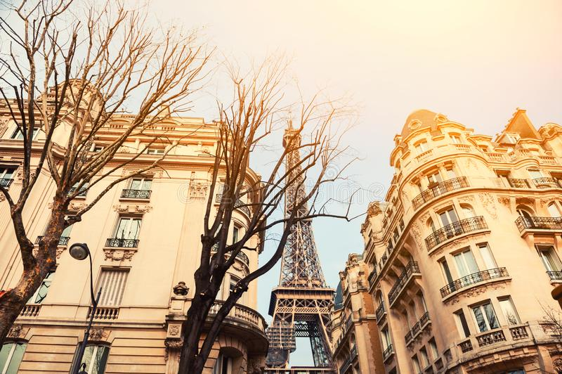 Vista della torre Eiffel dalla via accogliente a Parigi, Francia fotografia stock