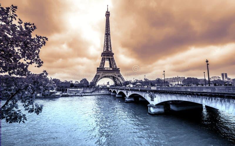 Vista della torre Eiffel di Parigi dalla Senna annata immagini stock libere da diritti