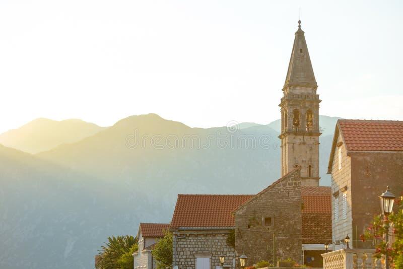 Vista della torre famosa nella città antica di Perast sulla baia Boka Kotorska di Cattaro al tramonto, Montenegro, Europa immagini stock
