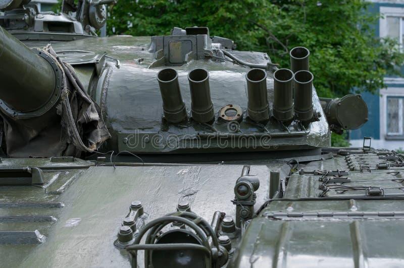 Vista della torre militare del carro armato sui precedenti di un edificio residenziale immagini stock