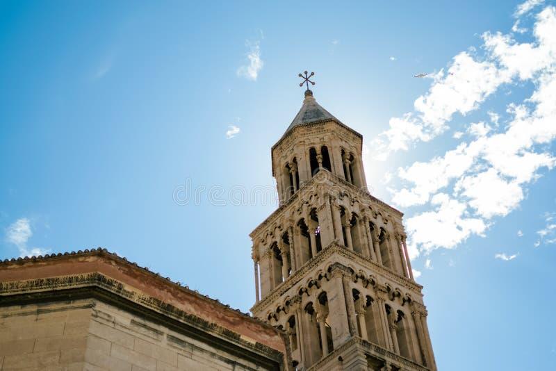 Vista della torre spettacolare della cattedrale della spaccatura con i gabbiani nel volo completo fotografia stock libera da diritti
