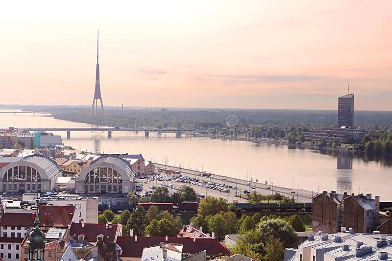 Vista della torre della TV, della stazione ferroviaria e del Daugava di mattina, Riga fotografia stock