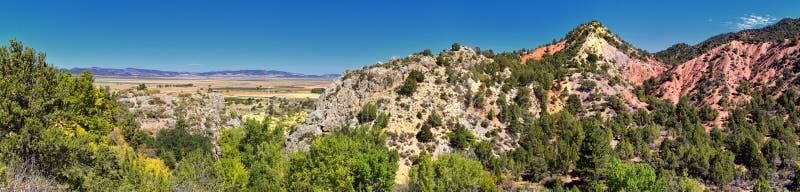 Vista della valle di Kanarraville e catena montuosa dalla traccia di escursione alle cascate in canyon dell'insenatura di Kanarra fotografia stock libera da diritti