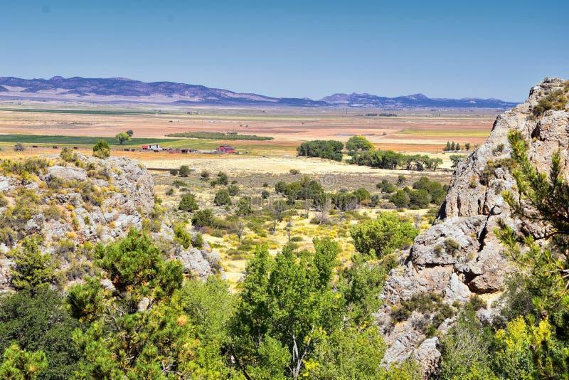 Vista della valle di Kanarraville e catena montuosa dalla traccia di escursione alle cascate in canyon dell'insenatura di Kanarra fotografie stock libere da diritti