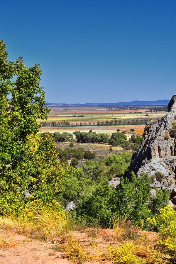 Vista della valle di Kanarraville e catena montuosa dalla traccia di escursione alle cascate in canyon dell'insenatura di Kanarra immagine stock