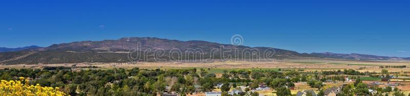 Vista della valle di Kanarraville e catena montuosa dalla traccia di escursione alle cascate in canyon dell'insenatura di Kanarra fotografia stock
