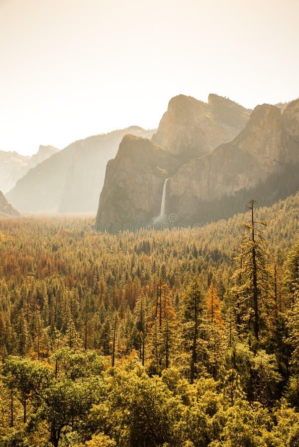 Vista della valle di Yosemite dal punto di vista del tunnel ad alba - vista alle cadute di Bridalveil, al EL Capitan ed alla cupo immagini stock libere da diritti