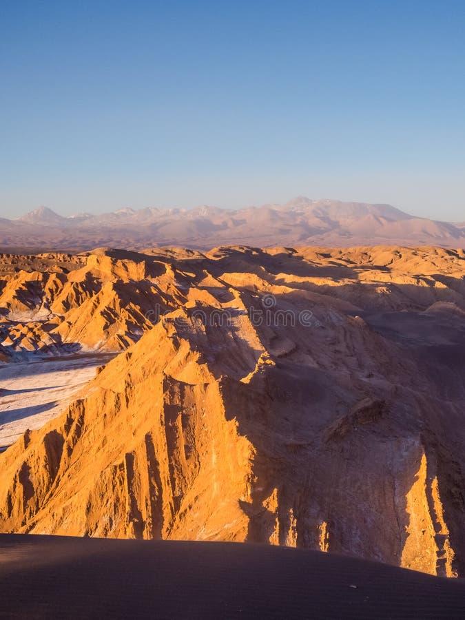 Vista della valle della luna in San Pedro de Atacama al tramonto Nei precedenti il vulcano Licancabur e il Juriques immagini stock