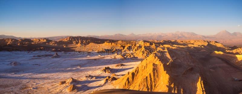 Vista della valle della luna in San Pedro de Atacama al tramonto Nei precedenti il vulcano Licancabur e il Juriques immagini stock libere da diritti