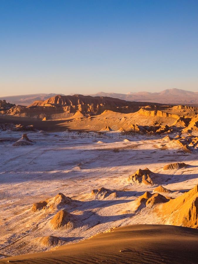 Vista della valle della luna in San Pedro de Atacama al tramonto Nei precedenti il vulcano Licancabur e il Juriques fotografie stock libere da diritti