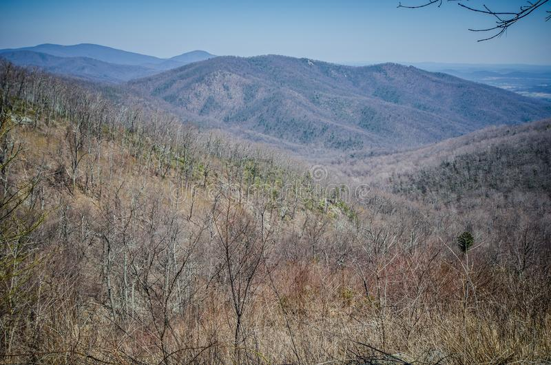 Vista della valle qui sotto dal parco nazionale di Shenandoah nella Virginia di Ridge Mountains blu lungo l'azionamento dell'oriz immagine stock libera da diritti
