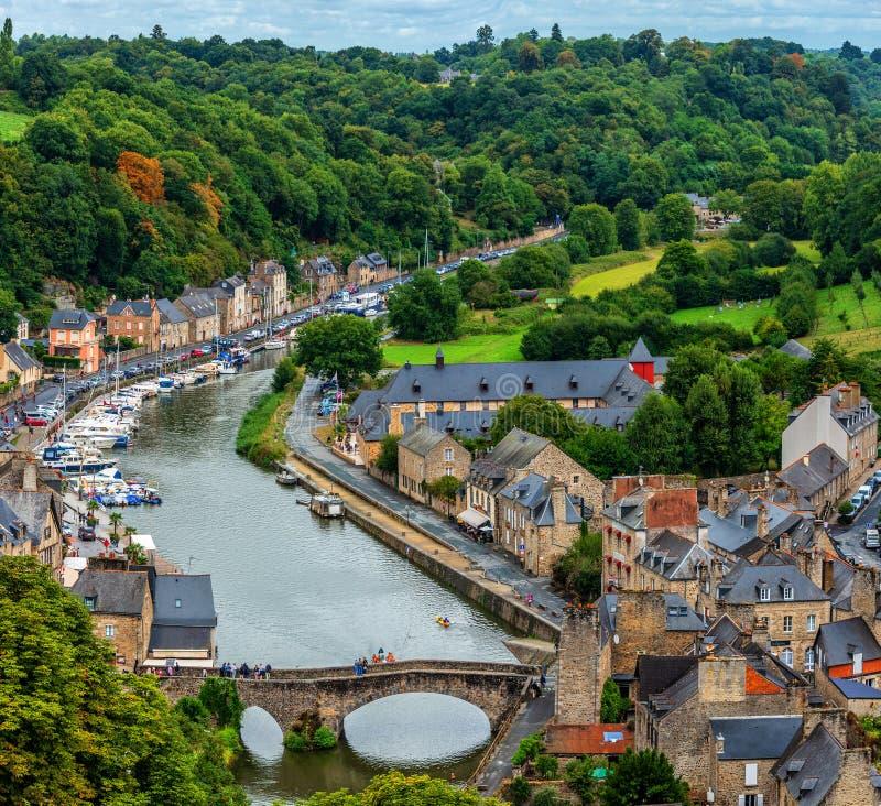 Vista della via alla città famosa di Dinan nella regione di Bretagna in Francia fotografia stock libera da diritti