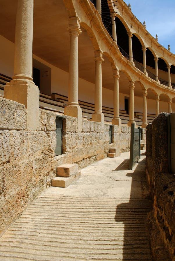 Vista della via alle aree di disposizione dei sedili dentro l'arena famosa, Ronda, Spagna immagine stock libera da diritti