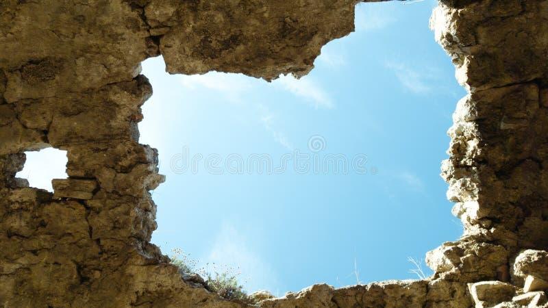 Vista della via attraverso un foro nel soffitto di vecchia costruzione abbandonata rovinata fotografie stock libere da diritti