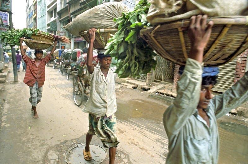Vista della via con i portatori ed i risciò, Dacca fotografie stock libere da diritti