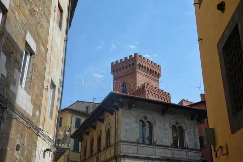 Vista della via con la torre di Città Vecchia Pisa, Italia fotografie stock libere da diritti