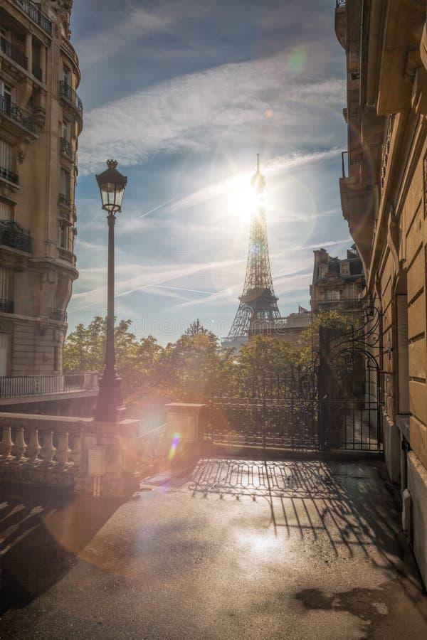 Vista della via con la torre Eiffel a Parigi, Francia fotografia stock