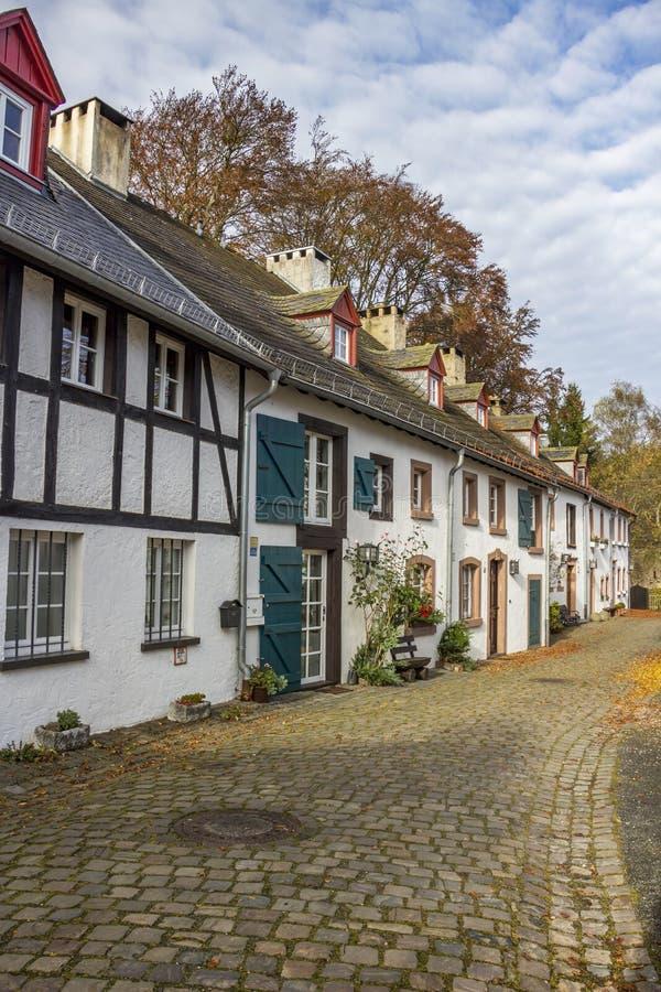 Vista della via del ciottolo di autunno di Kronenburg, Germania immagine stock libera da diritti