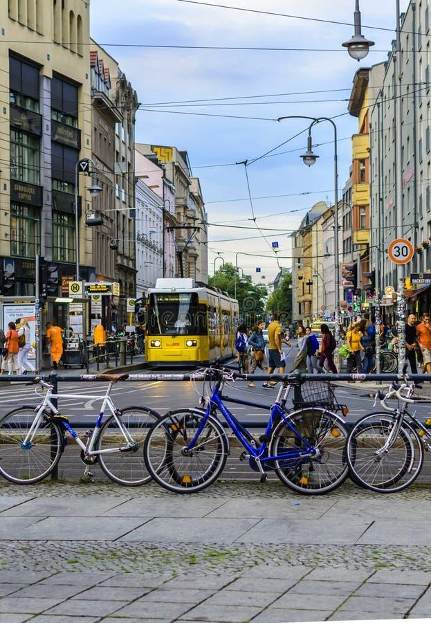 Vista della via del tram in Rosenthaler Strasse fotografia stock