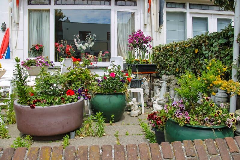 Vista della via della casa tradizionale decorata con le piante fotografia stock