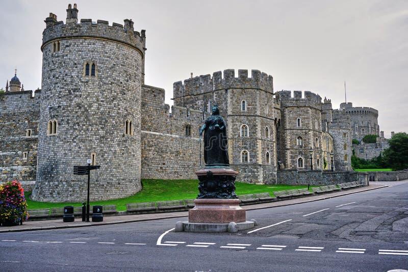 Vista della via di esterno di Windsor Castle, con la via vuota fotografie stock libere da diritti