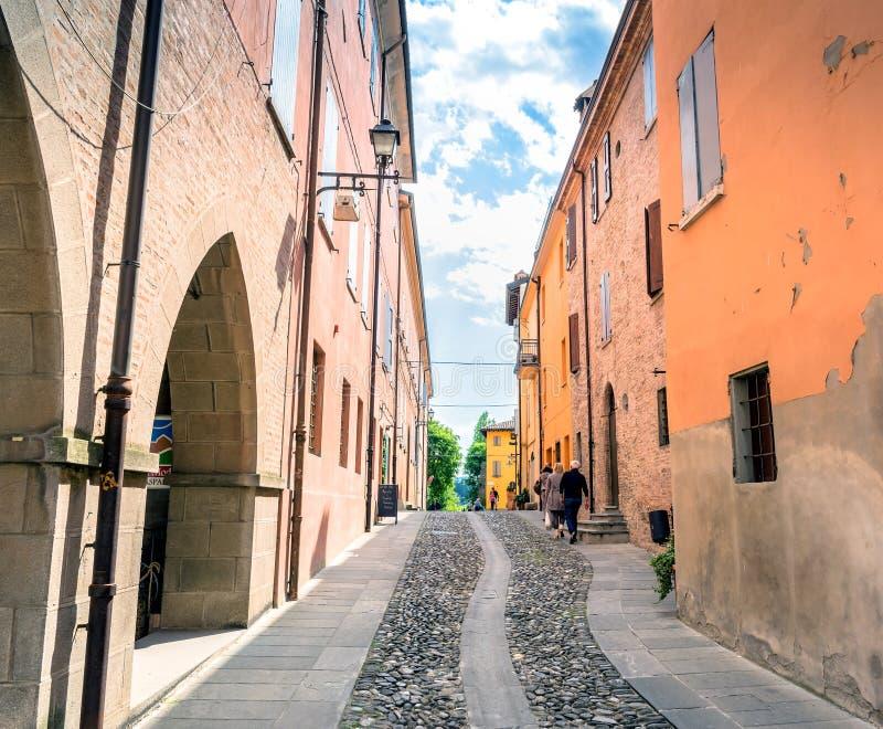 Vista della via in Di Modena, Italia di Castelvetro fotografie stock