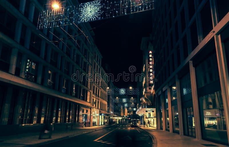 Vista della via di notte della città di Ginevra fotografie stock libere da diritti