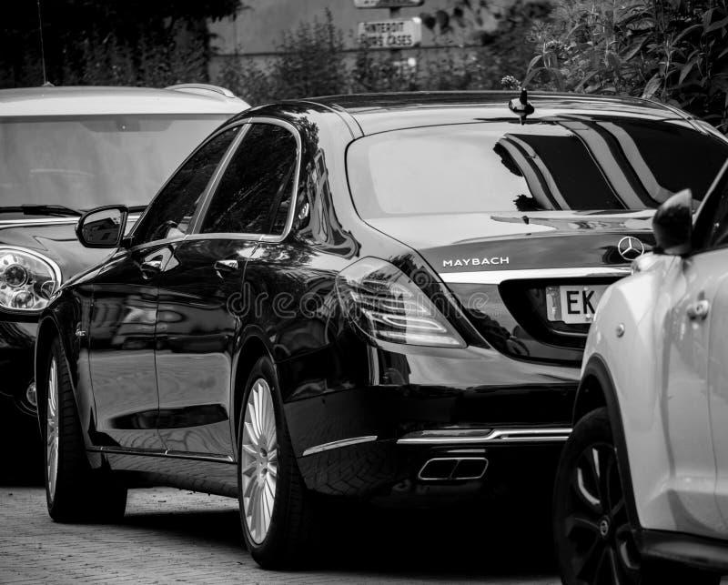 Vista della via di Parigi con la retrovisione di nuovo nero a di Maybach Mercedes immagini stock