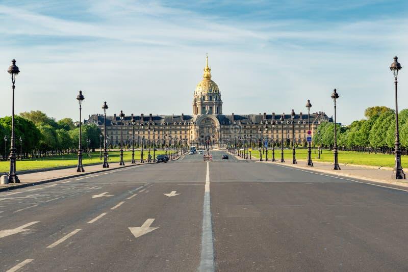 Vista della via di Parigi e museo di Invalides in città di Parigi nel franco fotografia stock