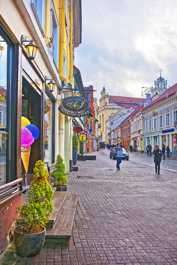 Vista della via di Pilies in Città Vecchia di Vilnius in Lituania a immagini stock libere da diritti