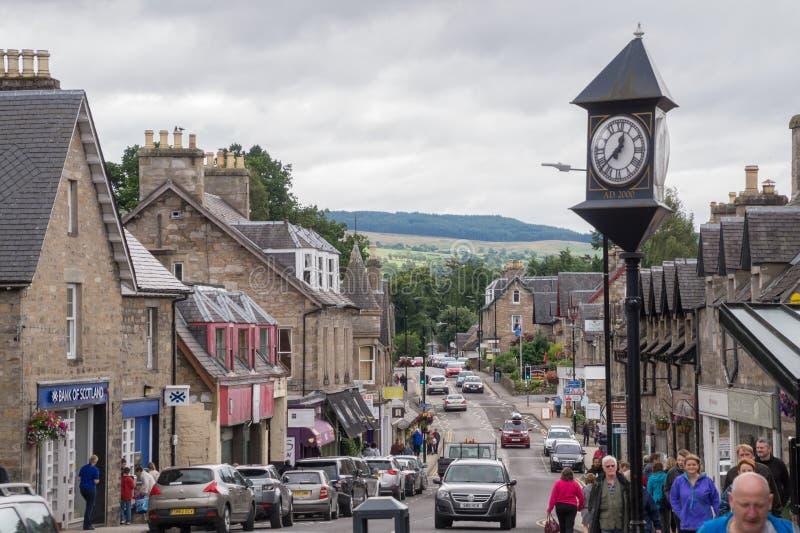 Vista della via di Pitlochry, Scozia immagini stock libere da diritti