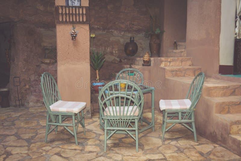 Vista della via di un terrazzo vuoto del caffè con le tavole e le sedie dentro fotografia stock