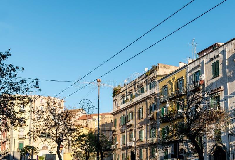 Vista della via di vecchia città nella città di Napoli immagine stock libera da diritti