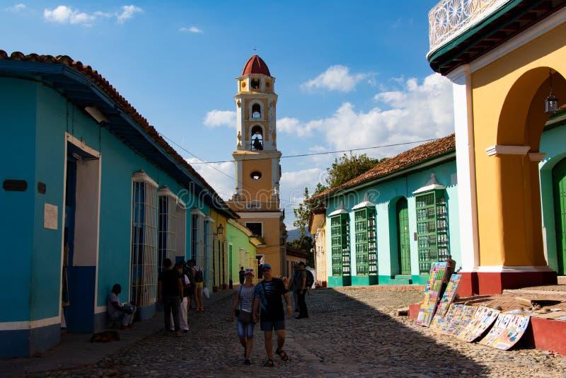 Vista della via di vecchia città di Trinidad con le case variopinte, Cuba fotografia stock libera da diritti