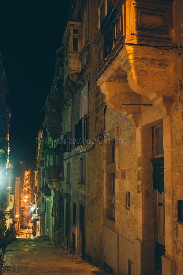 Vista della via a La Valletta con i balconi tradizionali, Malta immagini stock libere da diritti