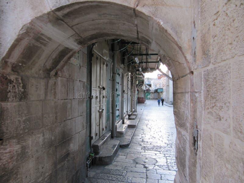 Vista della via poco frequentata nel centro di Gerusalemme attraverso l'arco immagine stock