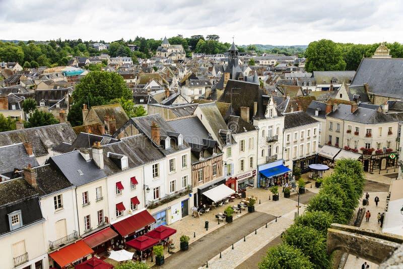 Vista della via principale di Amboise immagine stock