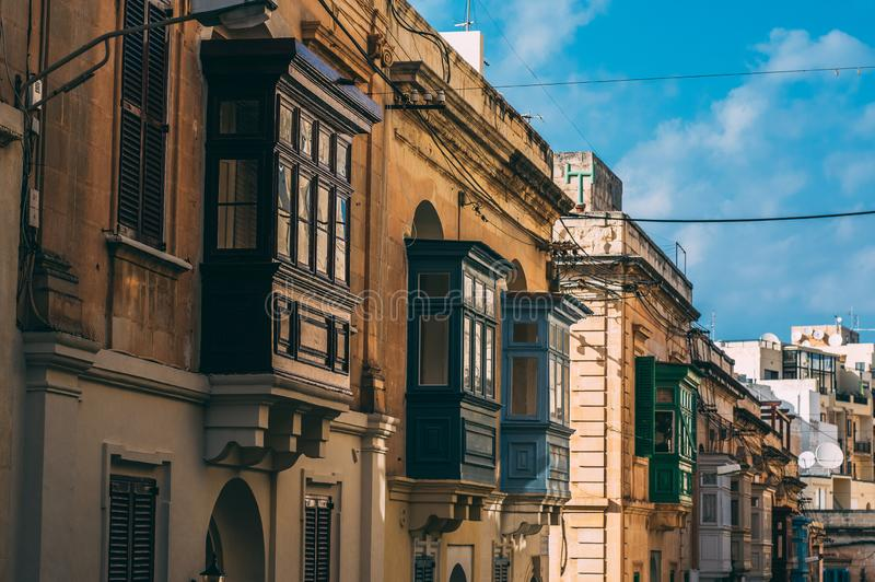 Vista della via in Sliema con i balconi tradizionali, Malta immagine stock