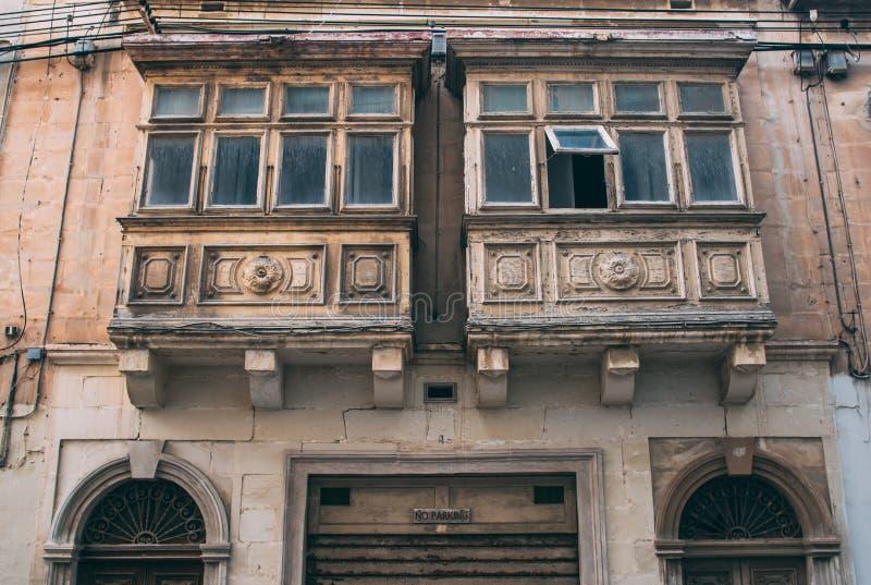 Vista della via in Sliema con i balconi tradizionali, Malta fotografia stock libera da diritti