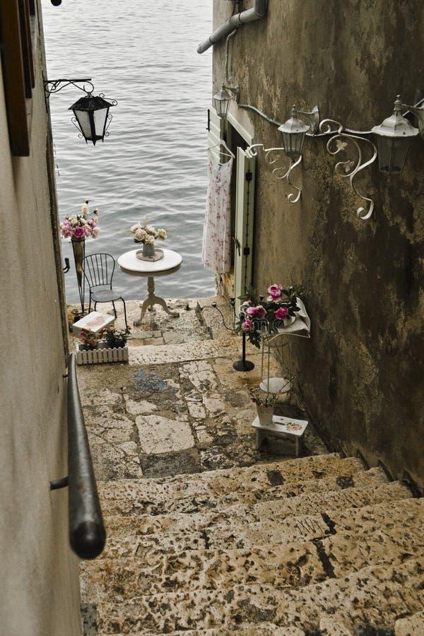 Vista della via stretta romantica e affascinante in Rovigno, Istria, Croazia fotografia stock
