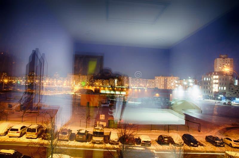 Vista della via uguagliante attraverso la finestra della camera da letto fotografie stock libere da diritti