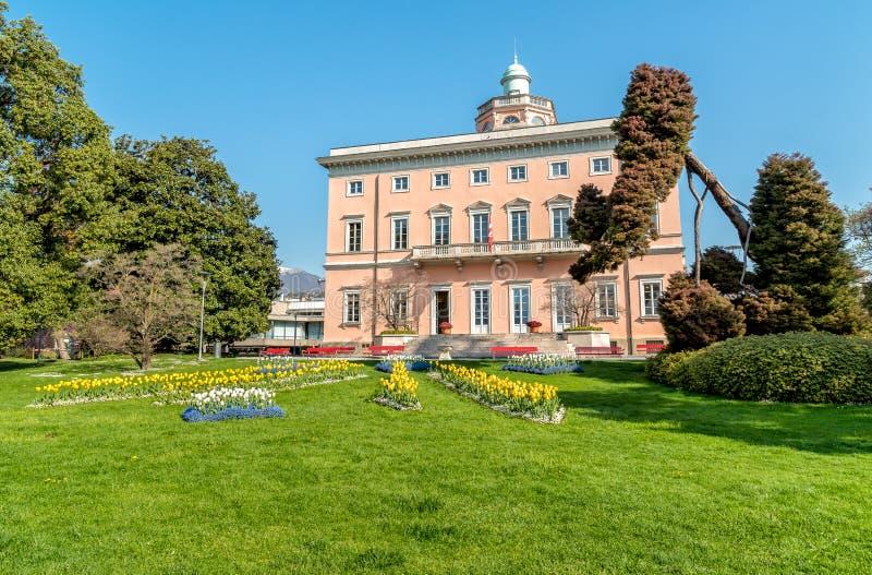 Vista della villa Ciani con la priorità alta variopinta dei tulipani nel parco pubblico della città di Lugano fotografie stock libere da diritti