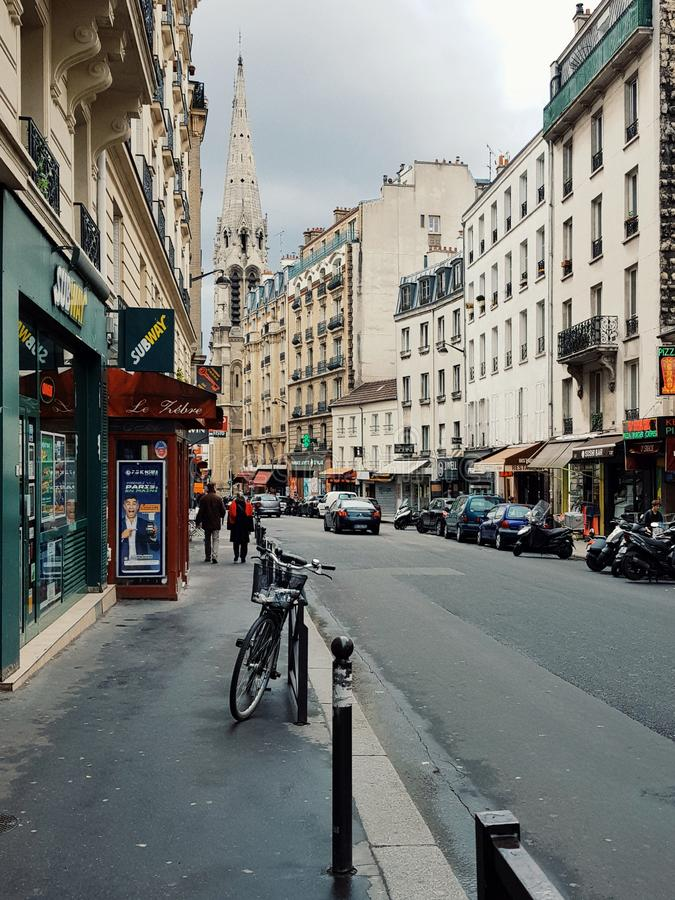 Vista della vita di via a Parigi, joudain& x27; distretto di s fotografia stock libera da diritti